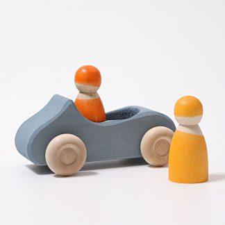 blaues Holzauto mit zwei Holzfiguren