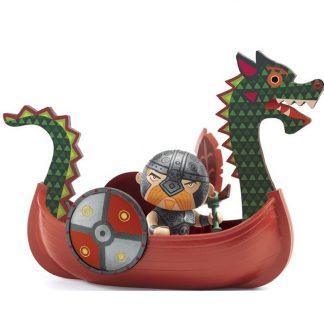 Spielfigur Pirat mit Säbel und Schild im Piratenschiff