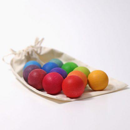 Holzkugeln in Regenbogenfarben im Säckchen