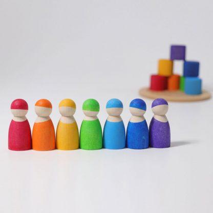 7 Holzmännchen in Regenbogenfarben