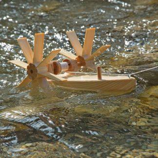 Schiff aus Holz mit Schaufelrädern